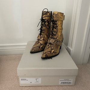 L'intervalle snake print leather heeled boots